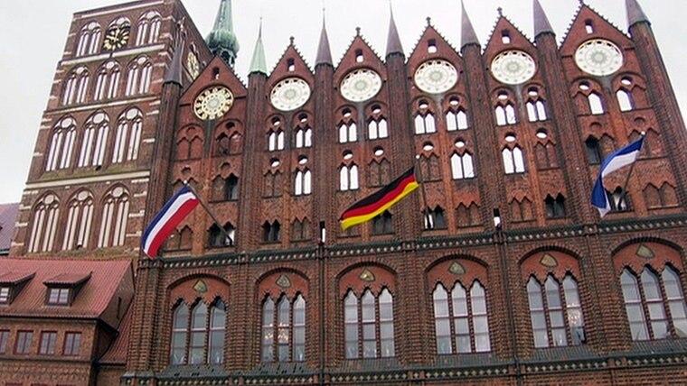 Das Rathaus Stralsund mit der falschen französischen Flagge © NDR Nordmagazin Fotograf: NDR Nordmagazin
