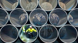 Große Pipeline-Rohre liegen auf Gestellen in einer Fabrikhalle. © dpa-Bildfunk Foto: Jens Büttner