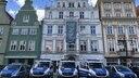 Polizieautos stehen vor dem Rostocker Rathaus. © NDR Fotograf: Isabel Lerch