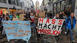 Eine Demonstration gegen eine AfD-Versammlung zieht am 22.09.2018 durch Rostock. © dpa Fotograf: Christian Charisius