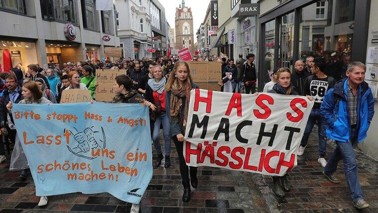 Eine Demonstration gegen eine AfD-Versammlung zieht am 23.09.2018 durch Rostock. © dpa Fotograf: Christian Charisius