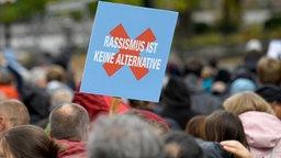 Eine Demonstration gegen eine AfD-Versammlung zieht am 22.09.2018 durch Rostock. © dpa Foto: Ralf Hirschberger
