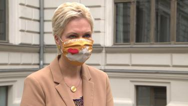 Mecklenburg-Vorpommerns Ministerpräsidentin Manuela Schwesig mit Maske im Interview   NDR