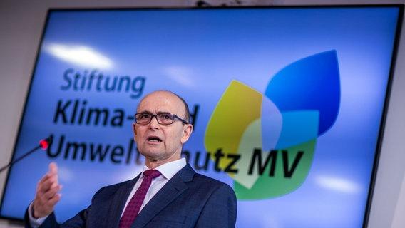Erwin Seeling (SPD), były premier Meklemburgii-Pomorza Przedniego i przewodniczący nowej Fundacji MV na rzecz Klimatu i Ochrony Środowiska, odpowiedział na pytania podczas konferencji prasowej.  © dpa-Bildfunk Zdjęcie: Jens Büttner