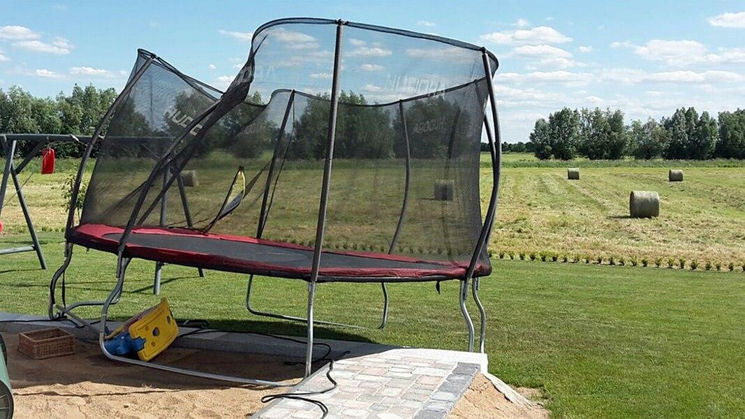 staubteufel hebt trampolin mit m dchen auf dach. Black Bedroom Furniture Sets. Home Design Ideas