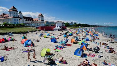 Touristen am Strand des Ostseebades Binz auf der Insel Rügen. | dpa-Bildfunk