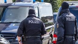 Polizisten einer Spezialeinheit gehen auf ein Grundstück © dpa-Bildfunk Fotograf: Jens Büttner