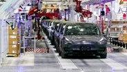 """Limousinen von Typ """"Model 3"""" des US-Elektroautohersteller Tesla werden in der """"Gigafactory"""" in Shanghai gefertigt. © picture alliance/dpa Foto: Ding Ting"""