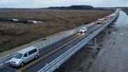Autos auf der A20-Behelfsbrücke bei Tribsees © dpa-Bildfunk Foto: Bernd Wüstneck/dpa