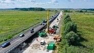 An der abgesackten Autobahn A20 beginnt der Bau der Behelfsbrücke. © NDR Foto: David Pilgrim
