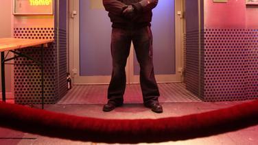 Ein Türsteher steht an seinem Arbeitsplatz vor einer Diskothek auf dem Hamburger Kiez. © dpa-Bildfunk Foto: Bodo Marks