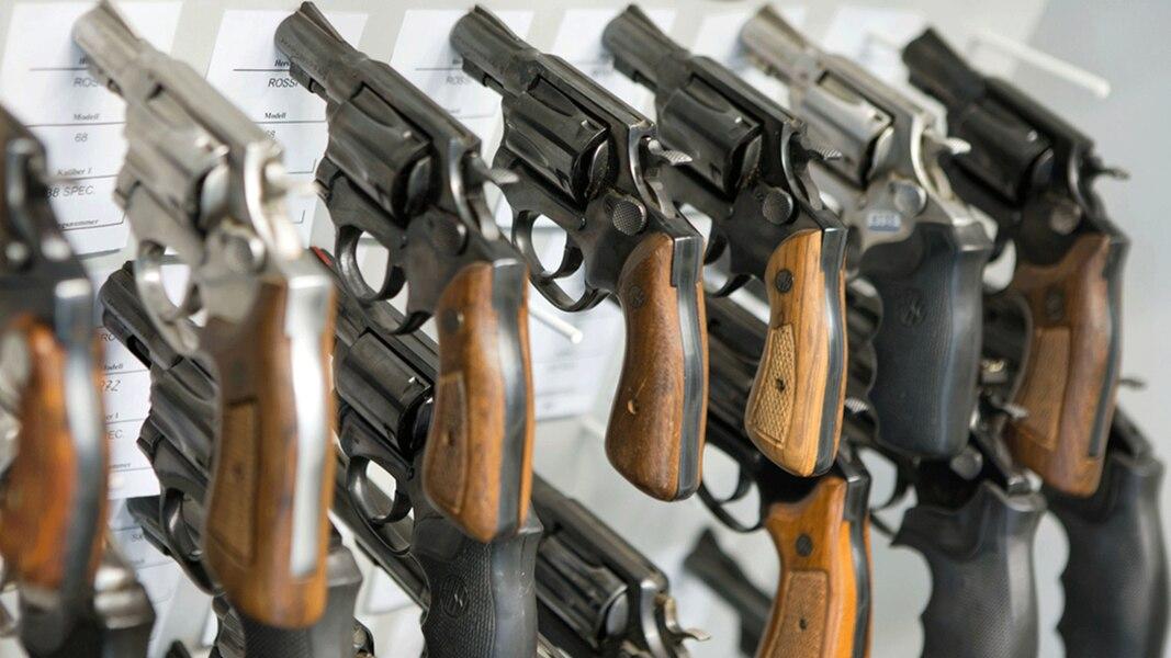 Scharfe Waffen in den Händen von Rechtsextremen