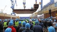 Am Warnemünder Standort der MV Werften erfolgt die feierliche Kiellegung für das erste Kreuzfahrtschiff der Global Class. © dpa Bildfunk Foto: Bernd Wüstneck