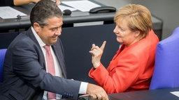 Bundeskanzlerin Angela Merkel (CDU) spricht am 05.09.2017 in Berlin, beim letzten offiziellen Sitzungstag des Bundestages vor der Bundestagswahl 2017, mit Außenminister Sigmar Gabriel (SPD) nach dessen Rede. © dpa-Bildfunk Foto: Michael Kappeler