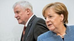 Angela Merkel (CDU), Bundeskanzlerin und CDU-Vorsitzende, und der CSU-Vorsitzende, Bayerns Ministerpräsident Horst Seehofer, kommen am 09.10.2017 in Berlin zur gemeinsamen Pressekonferenz im Konrad-Adenauer-Haus. © dpa picture alliance Fotograf: Michael Kappeler
