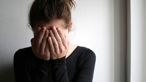 Eine junge Frau schlägt die Hände vor das Gesicht © Photocase Foto: inkje