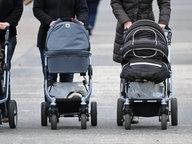 Drei Frauen schieben drei Kinderwagen vor sich her. © dpa - Bildfunk Fotograf: Marcus Brandt