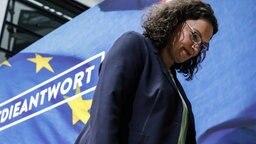 Andrea Nahles verlässt bei der Pressekonferenz in der SPD-Parteizentrale das Podium © dpa Foto: Kay Nietfeld