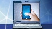 Ein Smartphone auf dem Bildschirm eines Laptops. (Bildmontage) © fotolia Foto: lassedesignen, kaipity