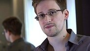 Edward Snowden in einem Hotelzimmer in Hongkong © picture alliance / dpa Foto: Glenn Greenwald / Laura Poitras