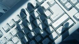 Schatten einer Hand auf einer Tastatur © fotolia.com Fotograf: Feng Yu