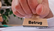 Stempel mit der Aufschrift Betrug © picture-alliance / www.press-photo.at Foto: Christian Ammering