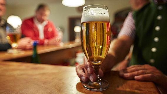 Warum trinken viele Menschen zu viel Alkohol? | NDR.de ...