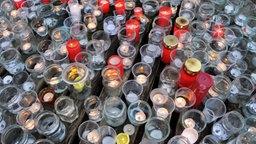 Trauer-Kerzen stehen auf einer Grabstelle eines toten Kindes. © dpa - Bildfunk Foto: Lübke, Jochen