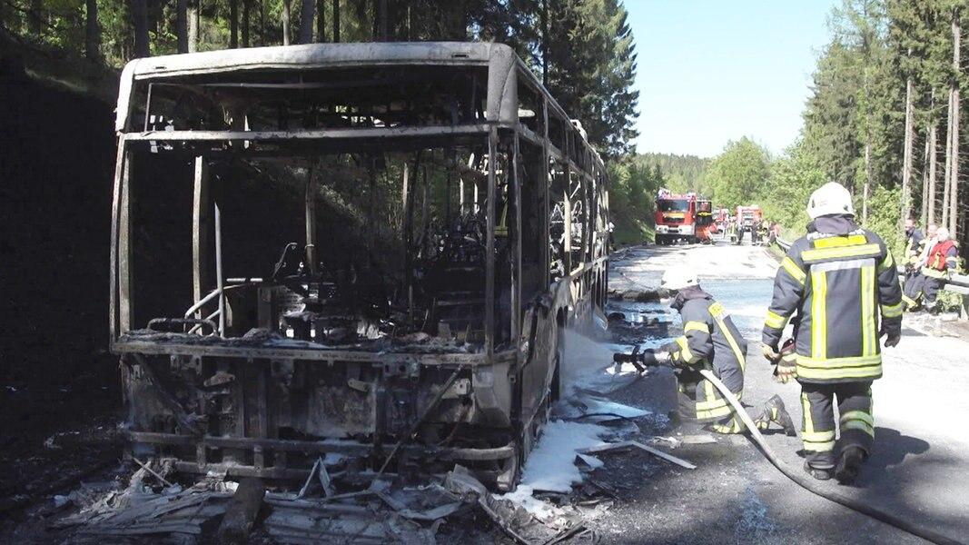 b 241 bei goslar nach busbrand gesperrt nachrichten niedersachsen braunschweig. Black Bedroom Furniture Sets. Home Design Ideas