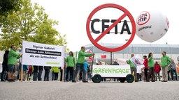 Gegner des CETA-Abkommens zeigen ihre Transparente und Halterungen mit weiteren Anti-CETA-Parolen.  © dpa-Bildfunk Foto: Julian Stratenschulte
