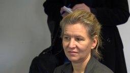 Die Dekanin der HAWK bei einem Vortrag. © NDR