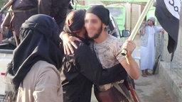 IS Kämpfer begrüßen sich.
