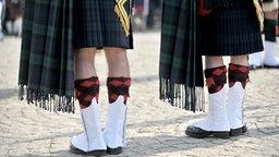Im Kilt stehen Dudelsackspieler beim Highland Gathering in Peine. © dpa - Bildfunk Foto: Peter Steffen