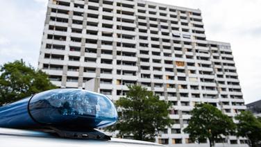 Ein Polizeifahrzeug parkt vor dem Iduna-Zentrum in Göttingen. © dpa-Bildfunk Foto: Swen Pförtner