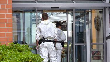 Polizeibeamte, zum Teil in in Schutzanzügen, in dem Eingang eines Altenheims in Langelsheim.   HannoverReporter