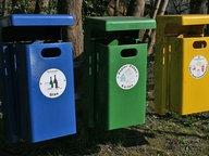 Mülleimer für Glas, Karton, Plastik und Restmüll hängen nebeneinander. © NDR Fotograf: Carmen Woisczyk