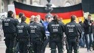 Polizisten beobachten mehrere tausend Pegida-Anhänger. © NDR