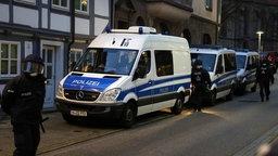 Polizeiautos stehen vor dem Roten Zentrum. © Stefan Rampfel Fotograf: Stefan Rampfel