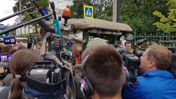 Nach sechs Wochen Fahrt | Trecker-Willi in St. Petersburg angekommen
