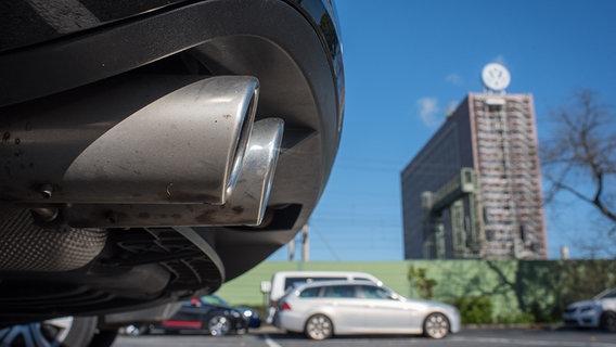 Der Auspuff eines VW-Passats ist am 25.09.2015 vor dem Volkswagenwerk in Wolfsburg zu sehen. © dpa - Bildfunk