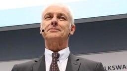 Matthias Müller, Vorstandsvorsitzender der Volkswagen AG, bei einer Pressekonferenz. © dpa-Bildfunk Fotograf: Jörg Carstensen