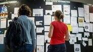 Studentinnen stehen vor einer Wand mit Wohnungsanzeigen. © dpa Foto: Matthias Balk