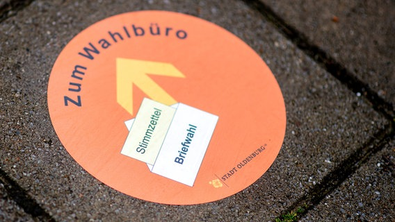 A sticker affixed to the floor with the inscription · to the election office · indicates the way to the election office in front of a building belonging to the city administration.  © dpa-Bildfunk Photo: Hauke-Christian Dittrich