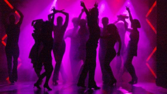 Mehrere Menschen tanzen in einer Diskothek. © picture alliance/dpa Foto: Horst Ossinger