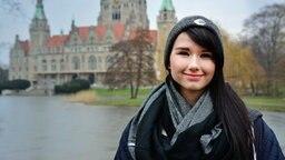 Eurovision-Song-Contest-Teilnehmerin Jamie-Lee posiert lächelnd vor dem Neuen Rathaus von Hannover. © NDR Foto: Thomas Hans