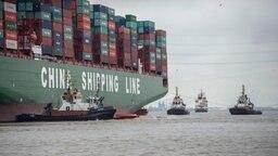 Der Containerriese CSCL Indian Ocean steckt in der Elbe fest © dpa-bildfunk Fotograf: Lars Klemmer