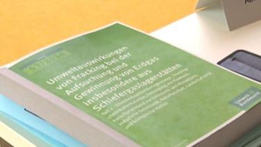 Ein Buch mit einer Studie der Umweltauswirkungen zum Fracking liegt auf einem Tisch. © NDR