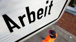 Ein Mann geht an einem Schild der Bundesagentur für Arbeit vorbei. © dpa-Bildfunk Foto: Julian Stratenschulte