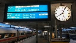 """Auf einer Anzeigetafel an einem Bahnhofsteht: """"Bitte nicht einsteigen"""".  Foto: Helmut eickhoff"""