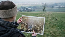 """Niedersachsen, Emmerthal: Der Historiker Bernhard Gelderblom steht am Bückeberg bei Hameln, wo die Nazis von 1933 bis 1937 das """"Reichserntedankfest"""" feierten. © dpa-Bildfunk Foto: Ole Spata"""